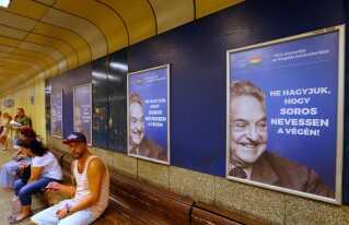 """Lad ikke Soros le sidst"" advarer plakater fra Ungarns regering i metroen i Budapest."