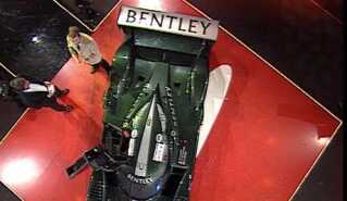 Tom Kristensen viser sin Bentley frem i Sportsshowet i 2003.