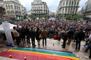 Regnbuefarver, der symboliserer mangfoldighed, har præget mindehøjtideligheder og optog efter massakren i Orlando. Her er det belgiske borger, der viser deres sympati for ofrene og deres pårørende.
