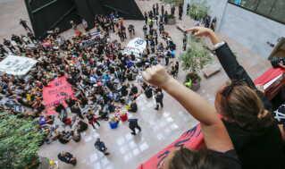 Demonstranterne satte sig i aulaen på en senatsbygning og nægtede at flytte si.