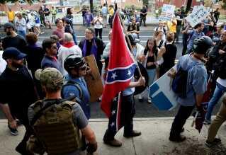 Sydstatsflaget var synligt til stede under lørdagens uroligheder. Flaget var under den amerikanske borgerkrig kampflag for Konføderationen, der bestod af 11 slavestater, og betragtes af mange som symbol på slavetiden og undertrykkelsen af USA's afroamerikanske befolkning.