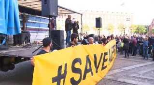 Billedet af banneret bliver sendt til Aleppo for at vise støtte.