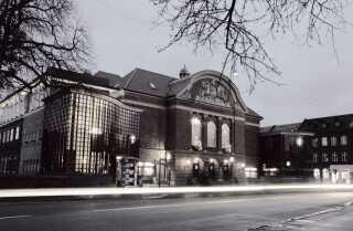I forestillingen 'Død over eliten' på Odense Teater, som ses på billedet, skal Klaus Bondam spille en politiker. En rolle, som han har besat i sit virkelige liv.