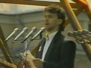 Et billede fra en video af Viktor Orbans berømte tale i 1989.