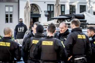 Betjente og et medlem af Loyal to Familia foran Københavns Byret i oktober 2017.