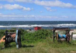 Sommerferien kan også gå til Bornholm som her på Sorthat strand.
