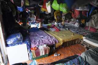 Et kig ind i et af teltene i lejren i Norrent-Fontes omkring 70 km fra Calais.