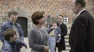"""Sofie Gråbøl og Lars Mikkelsen spiller nogle af hovedrollerne i filmen """"Der kommer en dag"""", som har premiere den 21. april."""