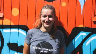 Nanna Gammelgaard Andersen står bag området Menneskeligheden på Smukfest sammen med en veninde.