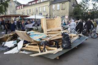 Siden christianitter ryddede Pusherstreet, har politiet været i aktion over 20 gange for at fjerne boder og interimistiske hegn, som pusherne nu bruger. Men boderne er slet ikke så fasttømret som førhen, lyder det fra Københavns Politi.