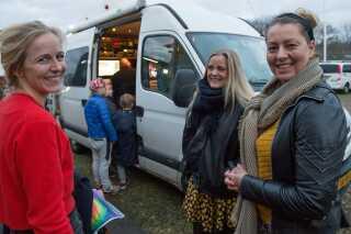 Julie Toft og Line Eriksen snakkede sammen kort inden programmet 'Stegger og Toft' skulle sendes. Her står de sammen med programmets producer, Andrea Bøtker.