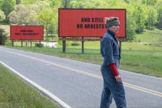 Mildred Hayes, der har mistet sin datter, lejer tre store billboards. På den første står: 'Voldtaget mens hun udånder'. På den anden: 'Og stadig ingen arrestationer?' Og på den tredje: 'Hvorfor, Sherif Willoughby?'