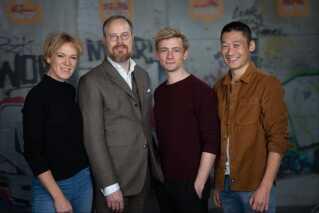Her ses Jeppe Gjervig Gram flakeret af 'Bedrag III's tre hovedrolleindehavere Maria Rich, Esben Smed og Thomas Hwan.