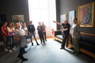 Midt i valgræset blev det også tydeligt, at det stadig bare var en klassisk tirsdag på Christiansborg. For selvom vandrehallen var fyldt med kameraer og lysmaster, var der også andre opgaver, der skulle løses. For eksempel var der stadig gang i rundvisningerne på Borgen.