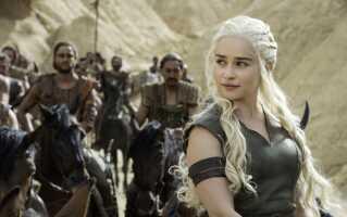 Bogbloggeren Karin Hald roser George R.R. Martin for hans komplekse kvindelige karakterer. Her ses Emilia Clarke som Daenerys Targaryen fra tv-serien 'Game of Thrones'.