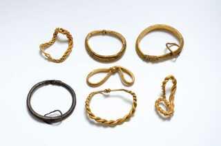 Der blev fundet op imod 160 smykker af guld, sølv og bly i vikingeudgravningen mellem Fæsted og Harreby øst for Ribe. Fundet, der satte gang i udgravningen, var de her syv armringe. (arkivfoto)
