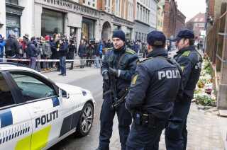 Betjente bevogter den jødiske synagoge i Krystalgade dagen efter angrebet.
