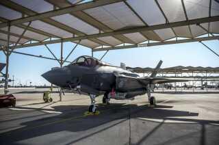 Danmarks nye F-35 kampfly kan mindre, end Forsvarsministeriet har lovet, mener Rigsrevisionen. Købet af de nye fly kommer til at koste 66 milliarder kroner.