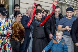 Gorm Wisweh er med til at klippe snoren under indvielse af Tivoli Hjørnet i København.