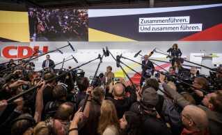 De 1.001 delegerede skal i morgen vælge en ny formand, som skal erstatte Merkel.