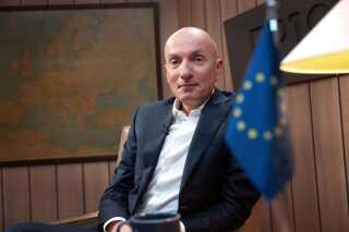 Søndag den 26. maj skal vi i stemmeboksen, når der for 9. gang er valg til Europa-Parlamentet. Ikke alle ved endnu, hvor de vil sætte krydset, men det kan DR's Ask Rostrup måske hjælpe med at blive skarpere på i den kommende tid. Ask Rostrup har pløjet alle partiprogrammerne igennem, og fra onsdag - den 8. maj - klokken 19.45 på DR1 er han din guide i det EU-politiske landskab. Da var der premiere på programmerne 'Ask og kandidaterne', hvor han i hvert program er i selskab med en af valgets spidskandidater i sit nyindrettede EU-studie i DR Byen. Udsendelserne bliver sendt over tre uger frem til den 22. maj.