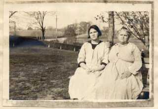 Carrie Buck sammen med moren Emma Buck. Carrie Buck blev i 1927 dømt til at blive tvangsteriliseret. (Foto: Courtesy of Arthur Estabrook Papers, University at Albany)