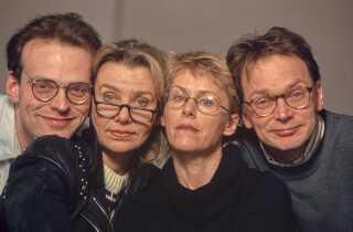 """Platte jokes er måske ikke ligefrem det, som Kirsten Olesen er med kendt for, men i 1994 var hun på skuespillerholdet i satireprogrammerne 'Noet på den dumme'. Programmerne havde programteksten """"En lille halv time fra det eksistentielle kælderdyb fyldt med ubegavede postulater og ikke mindst platte jokes - rystet ud af ærmet med usikker hånd"""". Kirsten Olesen spillede sammen med Niels Olsen, Christian Halken og Jannie Faurschou."""