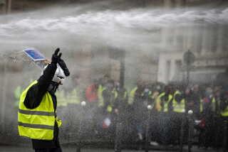 Politiet brugte tåregas mod demonstranterne. Flere af dem var iklædt gasmasker for at kunne stå imod politiets forsøg på at sprede menneskemasserne.