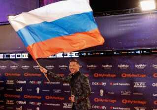 Russiske Sergey Lazarev havde medbragt aftenens største flag. Lazarev blev nummer tre i Eurovision i 2016 og forsøger i år at sikre en sejr til Rusland med nummeret 'Scream'.