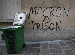 """Utilfredsheden med præsident Emmanuel Macron er til at få øje på i Paris. """"Macron i fængsel"""" er der skrevet med grafitti."""