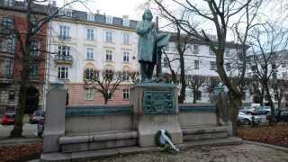 Statuen af Niels W. Gade set fra stien i Østre Anlæg.