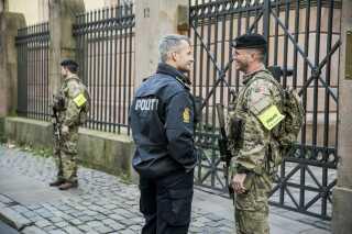 Soldaternes bevogtning af eksempelvis synagogen i Krystalgade sker under ledelse af politiet.