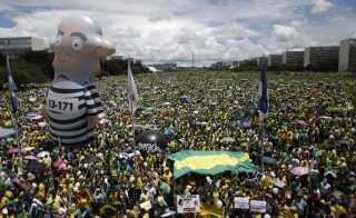 En demonstration mod Brasiliens tidligere præsident, Dilma Rousseff, ses her i Brasilia i 2016. Arkiv.