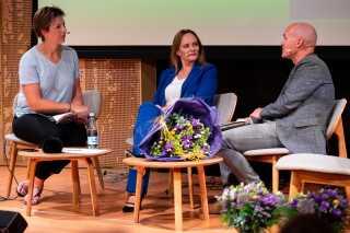 Stefan Kjerkegaard (t.h.) talte blandt andet om, hvorfor vi har brug for slægtshistorier i en rodløs tid. Diana Bach (t.v.) var vært for arrangementet.