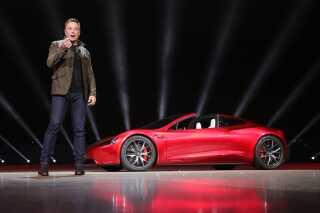 Elon Musk foran det, der ifølge Tesla bliver verdens hurtigste masseproducerede bil.