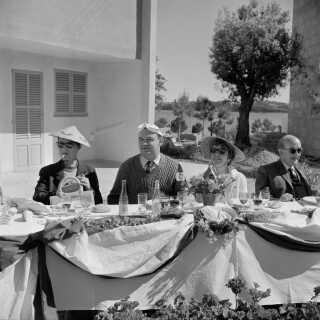 Danske turister nyder livet og kolde forfriskninger på deres charterferie på Mallorca i 1960.