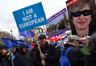Igen i dag var der protester foran det britiske parlament, som har nu har stemt om brexit tre dage i træk.