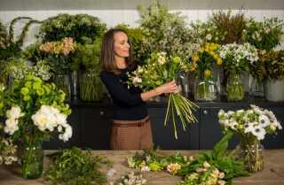 Det er blomsterdekoratøren Philippa Craddock, som har lavet blomsteropstillingerne. De består af hvide haveroser, fingerbøl og silkepæoner, som er blandt brudens yndlingsblomster. Obs. billedet viser ikke blomsterne til brylluppet.