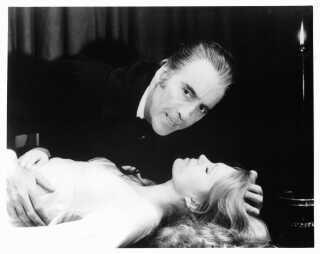 Christopher Lee i gang med at bide Joanna Lumley i endnu en Dracula-film, nemlig 'The Satanic Rites Of Dracula' fra 1973.