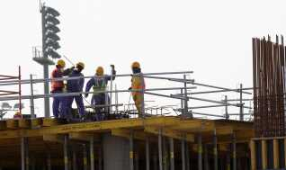 Qatar er dybt afhængig af udenlandsk arbejdskraft for at blive klar til VM i fodbold i 2022.