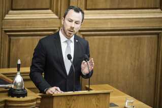 Venstres politiske ordfører, Jakob Ellemann-Jensen, på talerstolen i Folketingssalen.