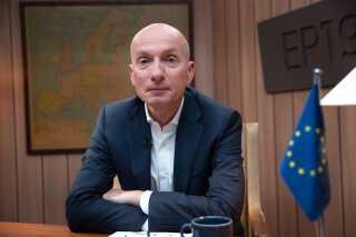 Ask Rostrup, der er journalist, har efterhånden beskæftiget sig med politik i 25 år, og undervejs har han både været Berlingskes Bruxelles-korrespondent og leder af DR's Christiansborg-redaktion. Udover at han nu laver optaktsprogrammer på DR1 forud for Europa-Parlamentsvalget, vil han også den 21. og 23. maj klokken 20.45 kunne ses i programserien 'Europa All Inclusive' på DR1. Her er han på rejse i Europa med to danskere, der har forholder sig forskelligt til blandt andet integration og klima.