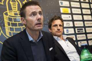 Jan Bech Andersen under dagens pressemøde, hvor han undskylder for sin aktivitet på forummet Sydsiden, hvor han har kritiserede spillere, træner og ledere. Han er flankeret af Troels Bech, der er ny mand i direktionen.