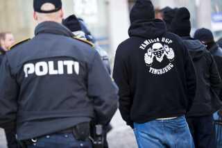 Banden Loyal to Familia bærer også logo på tøjet, ligsom medlemmer af rockerklubberne gør det.