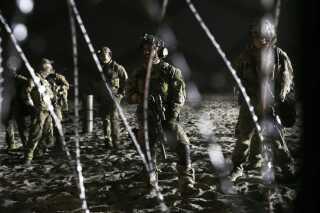 Bevæbnede politifolk på den amerikanske side af grænsen (AP Photo/Marco Ugarte)