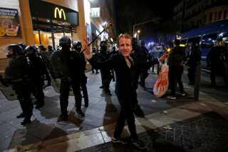 En demonstrant poserer med en Macron-maske. Præsidenten har været iøjnefaldende fraværende, og han er blevet kritiseret for ikke at udtale sig om begivenhederne.   Af nogle anset som et strategisk træk for ikke at opildne demonstranterne yderligere. Det forventes dog, at han i den kommende uge vil adressere franskmændene i en tale og kommentere på urolighederne.