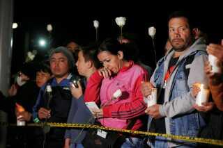 I aftes samlede borgere sig ved politiskolen for at ære ofrene for angrebet.