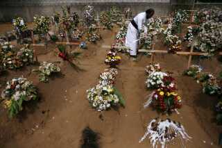 På Sri Lanka er der blevet afholdt massebegravelser for de mange mennesker, der blev dræbt under bombeangrebene.