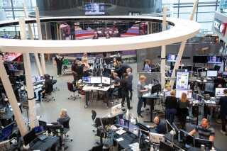Medarbejderne i DR Byens newsroom hobede sig op foran tv-skærmene, der sendte live fra Lars Løkke Rasmussens tale i Folketingssalen. Og efter få minutter udskrev han officielt valg.