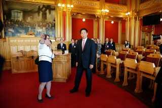 Li Zhanshu bliver vist rundt i parlamentet af stortingspræsidenten Tone Trøen.